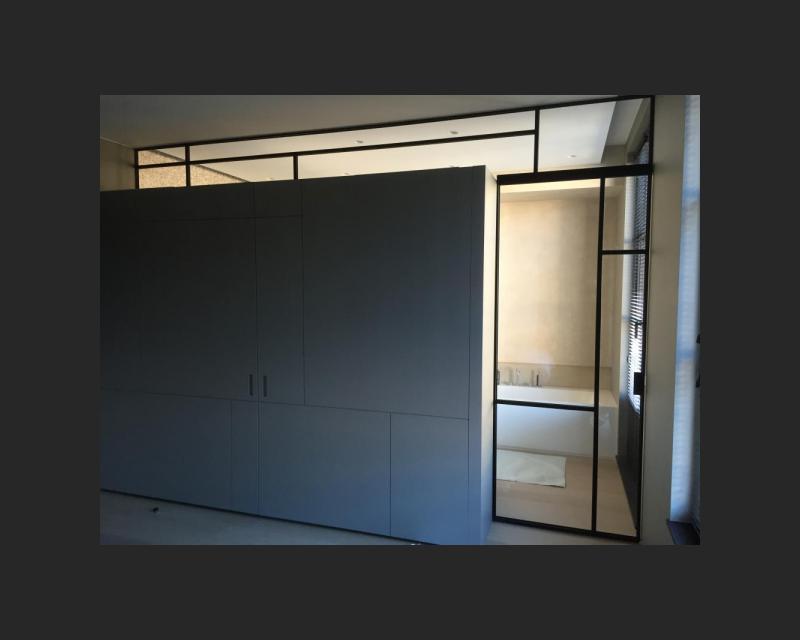 Vast bovenlicht en stalen deur