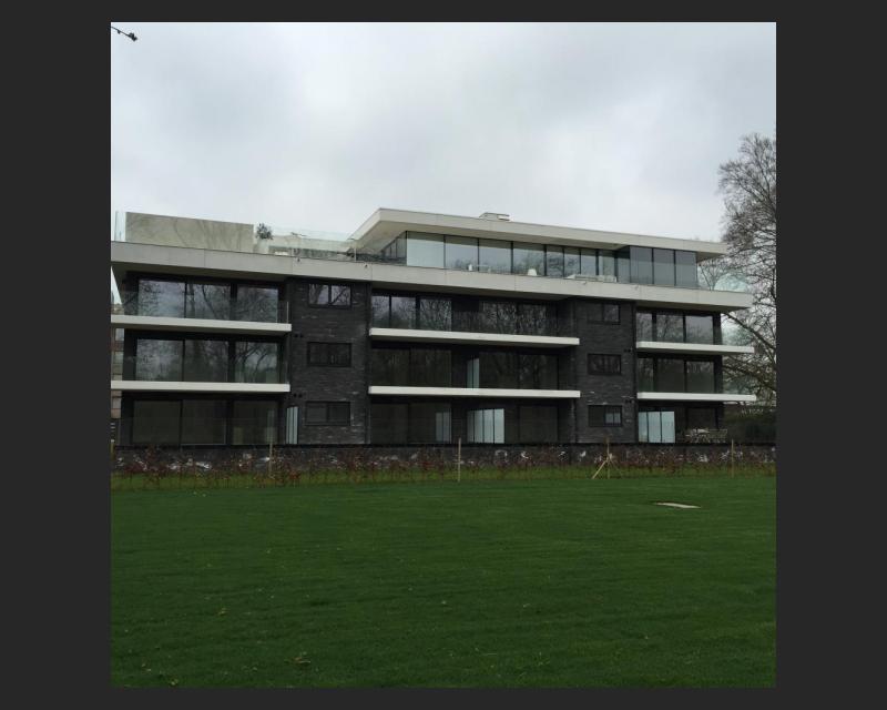 Glaspartijen aan de achterzijde van het gebouw